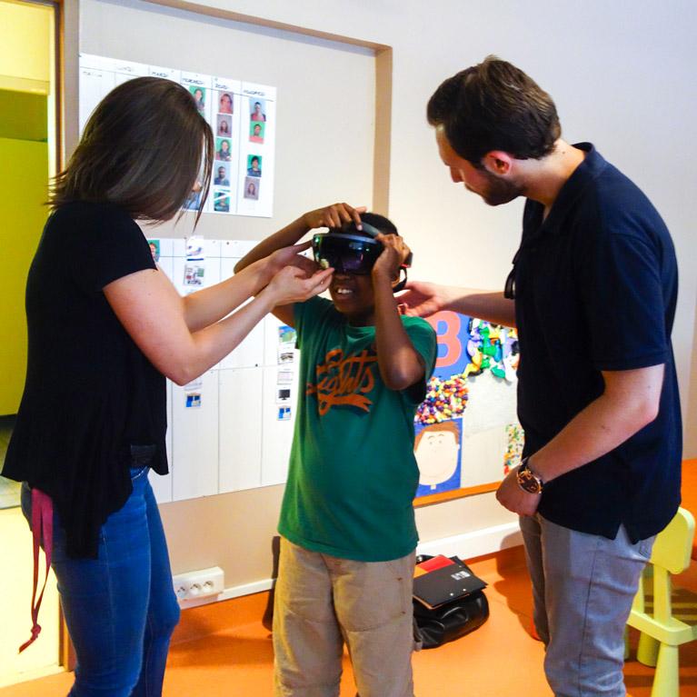actimage adulte aidant enfant autiste avec HoloLens Microsoft