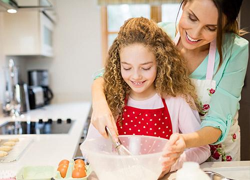 Femme faisant des cookies avec sa fille